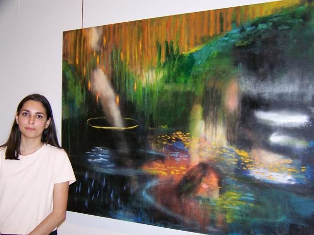 Marina junto a una de sus obras